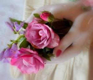 ELEGÍA DEL AMOR NO CORRESPONDIDO Desde la atalaya de mi letanía yo te amaba… Mi mirada te acariciaba… mis retinas pretendían apropiarse  de tu imagen para la eternidad y mi corazón se inmolaba en la hoguera de ese sentir. Despojada de cordura, me empeñaba en ello con la profunda convicción de llegar a poseer tu amor. Te amaba sin reservas …y ¡caía en éxtasis ante el más tenue esbozo  de sonrisa en tu amado rostro! ¡Aún duele la quemadura de ese amor no correspondido y la pasividad e indolencia de tu dejarte amar! Delia Checa D. R.